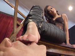 Голый раб лижет ноги сексуальной темнокожей госпожи с красивым телом