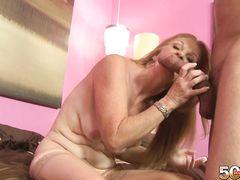 Дряблая зрелая женщина в чулках ебется на кастинге с молодчиком