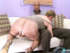 Старый муж смотрит как негр трахает его жену на рабочем месте