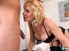 Горячая зрелая женщина в чулках трахается с молоденьким ебарем