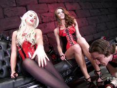 Покорный раб лижет госпоже ноги на глазах ее лучшей подружки