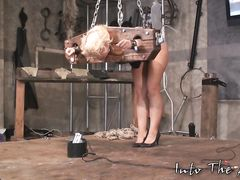 Доминант через боль и унижения пытается доставить наслаждения извращенке
