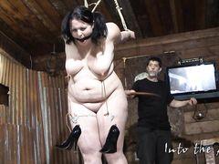 Жирная девушка в очках прошла через сексуальные унижения и пытки