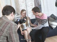 Фотограф и его друг уговорили юную русскую девку на двойной секс