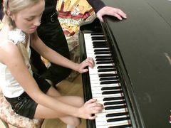 Манящая русская блондинка 18-ти лет занялась сексом с репетитором