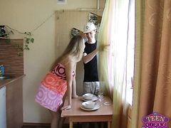Заводные русские подростки трахаются в спальне родителей