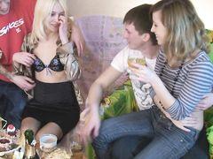 Парни выебали на вписке двух 18-летних русских подружек