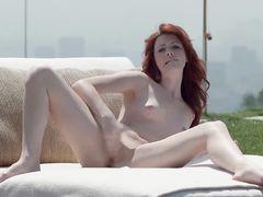 Рыжая плоская девушка стонет от удовольствия мастурбируя на улице