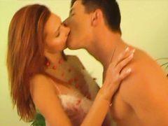 Пылкий русский парень трахает в презервативе 18-летнюю подружку Аню