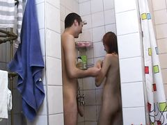 Плоскогрудая русская девушка трахается в душе с бойфрендом