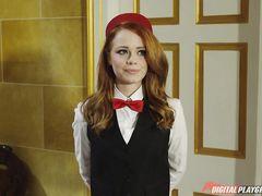 """Рыжая горничная трахается в отеле с парочкой в ХХХ пародии на """"Четыре комнаты"""""""