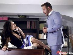 Руководящий мужчина занялся сексом в офисе с красивой секретаршей