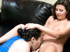 Хороший сын лижет маме пилотку перед сексом на кожаном диване