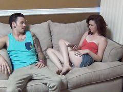 Худенькая младшая сестра трахается с братом на диване пока одни дома