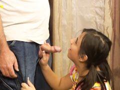 Зрелый похотливый папа трахнул дочку с маленькими сиськами в ванной