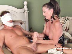 Заботливая зрелая мама дрочит член сына с ожогами рук и лица