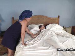 Грешная зрелая мама сосет член сына в его спальне пока муж в душе