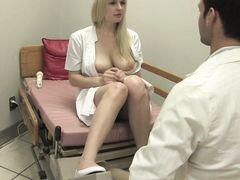 Грудастая медсестра и доктор обменялись оральными ласками
