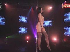 Сногсшибательная стриптизерша в чулках раздевается на сцене клуба