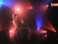 VIP клиент наслаждается эротичным танцем в исполнении сексуальной русской девки