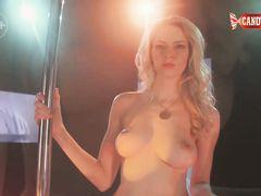 Блондинистая русская стриптизерша устроила эротическое соло на сцене