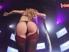 Русская стриптизерша в чулках демонстрирует свои прелести на сцене