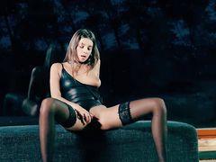 Красивая мастурбация русской девушки в чулках во время фотосессии