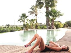 Эротическое соло у бассейна от худой русской девки модельной внешности