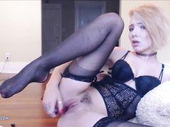 Ванильная девушка в сексуальном белье и чулках дрочит пизду в эрочате