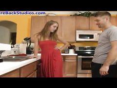 Сладкоголосая дочка с папой занялись сексом на кухне