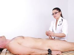 Домина в униформе медсестры дрочит член раба прикованного к столу