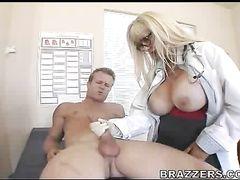Зрелая медсестра с большими сиськами резво ебется с пациентом