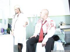 Мускулистый пациент с длинным хуем трахает в больнице грудастую медсестру