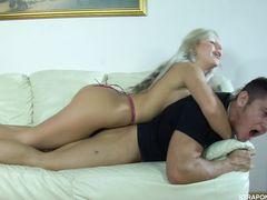 Сисястая русская блондинка трахнула парня страпоном в жопу
