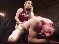 Ненормальная госпожа в латексе страпоном долбит в очко связанного раба