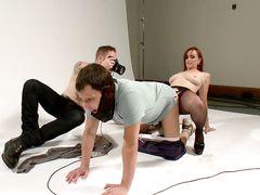 Сексвайф трахается с фотографом и заставляет мужа сосать его член