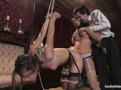 Богатый БДСМщик и его гостья трахают в жопу связанную рабыню в чулках