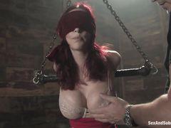 Сексуальная рабыня с большими сиськами терпит жесткие пытки от БДСМщика
