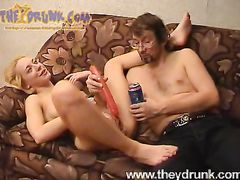 Очкастый зрелый мужик ебет в жопу бутылкой пьяную русскую девушку