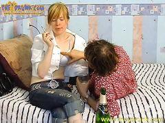 Зрелый очкарик трахает русскую пьяную девушку в своей спальне