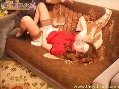 Рыжая пьяная девушка в красных чулках трахается на полу с парнем