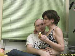 Плешивый русский мужик напоил и трахнул красивую девушку в отключке