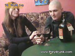 Бритоголовый русский парень напоил и трахнул грудастую красотку