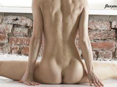 Необычная сексуальная гимнастика от русской девушки с гибким телом