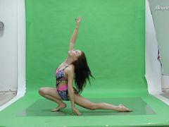 Уверенная русская гимнастка с красивыми сиськами села на шпагат