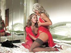 Русские лесбиянки в красном трахают пилотки страпоном