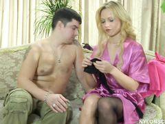 Молодая русская деваха в чулках развлекается с мужиком