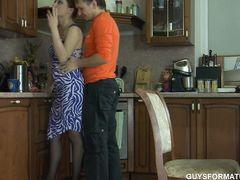 Горячая рыжая девушка в чулках трахается на кухне с бойфрендом