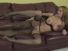 Пышногрудая зрелая жена изменяет с негром на кожаном диване