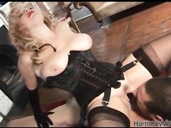 Властная госпожа в чулках занялась аналом с рабом после жесткой порки